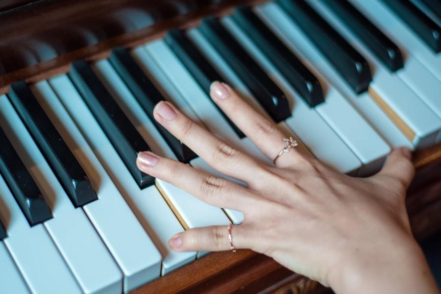 gram na pianinie